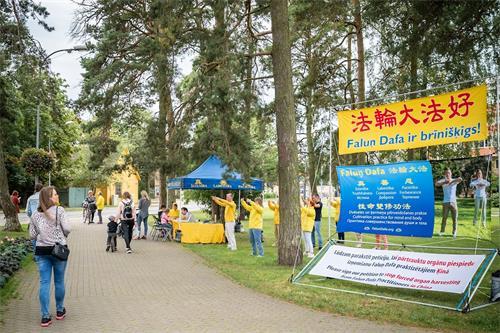 '图1:二零二零年九月五日,拉脱维亚法轮功学员在著名疗养圣地尤尔马拉的Kauguros地区举办活动。'