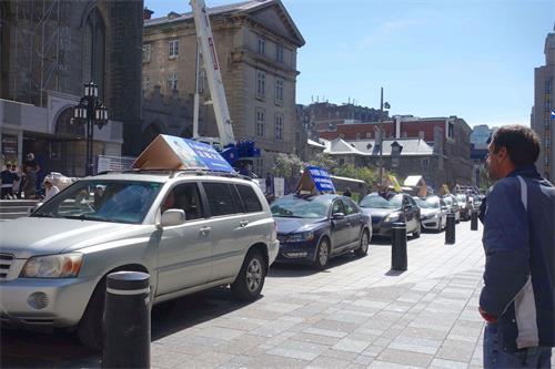 '图7:汽车游行经过蒙特利尔知名旅游景点的老城区'
