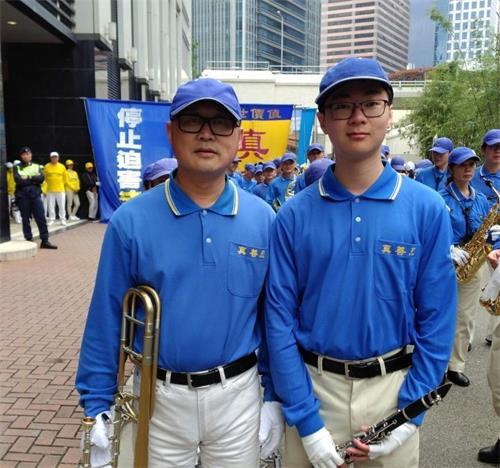 '图1:二零一八年元旦,李先生父子俩作为天国乐团的成员,参加了在香港举行的法轮大法集会游行贺新年活动。'