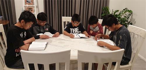 '图3:黎先生的儿子们在一起阅读《转法轮》。'