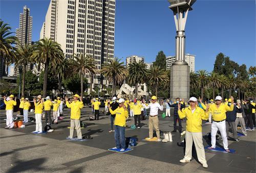 图2~3:二零二零年九月二十六日,部分旧金山的法轮功学员来到渡轮大厦前的广场集体炼功,传播法轮大法的美好。