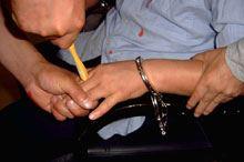 '酷刑演示:牙刷钻指缝'