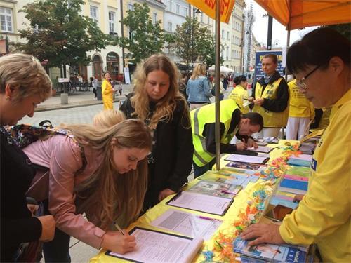 '图10~17:民众参加征签支持法轮功反迫害'