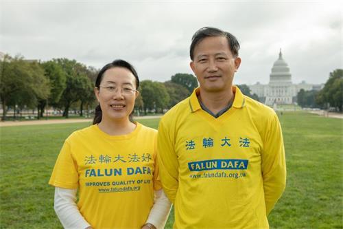 &#039图9:华府法轮功学员高美霞(左)和徐少非(右)夫妇表示对师父心怀感恩。&#039