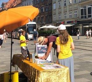 '图1~2:路人签名支持法轮功反迫害'