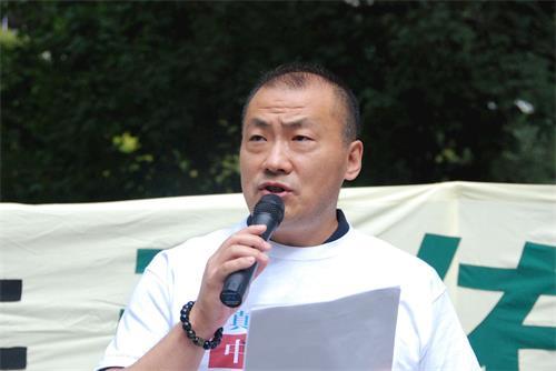 """'图16:来自中国辽宁省的邵兵在集会上发言用真名退党,他说:""""我今天公开宣布退党就是要为正义发声。""""'"""