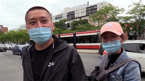 '图18:大陆移民蔡先生(左)和同伴'