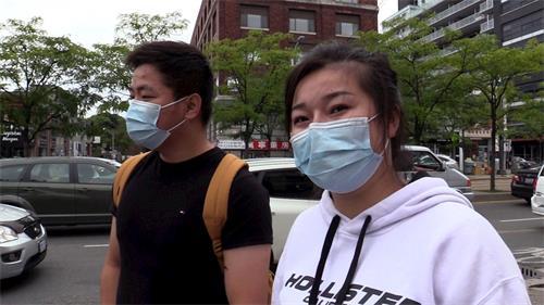 '图19:华人观众刘女士(右)和同伴'