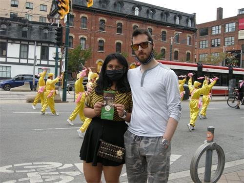 '图20:动漫概念艺术家帕特里克·霍兰(PatrickHoran)先生(右)和女朋友伊莎·奈克(EshaNaik)女士'