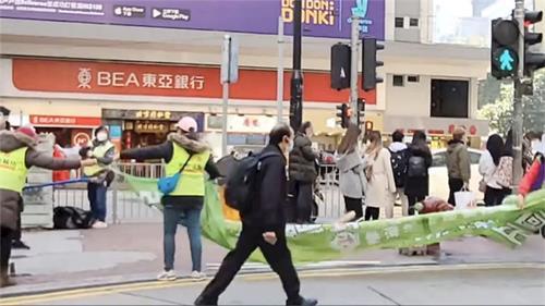 '图4:二零二零年十二月三十一日香港青关会下午三点拆除在铜锣湾的污蔑横幅。'