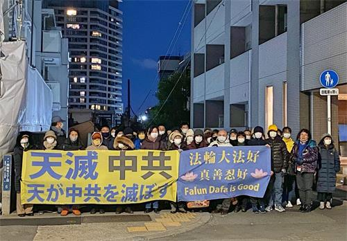 '图:二零二零年十二月三十一日,日本关东地区部份法轮功学员至中领馆前抗议中共邪恶集团的残酷迫害。'