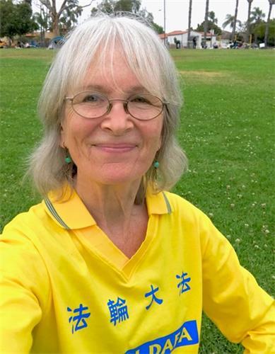 '图3:修炼十六年的西人法轮功学员吉丝拉·素默(GiselaSommer)说,修炼让她身心受益。'