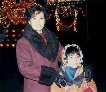 '图为王楣泓和女儿于铭慧,拍摄于1999年法轮功遭受中共迫害之前。'