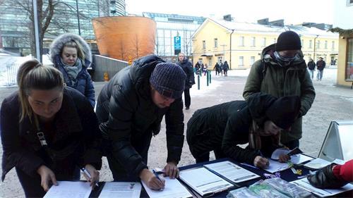 '图3~5:了解真相后,民众签名支持法轮功学员反迫害,解体中共。'