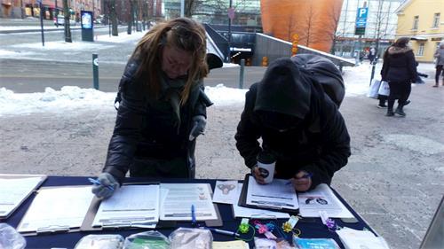 '图9:莱恩(Laine)(左)招呼她的朋友过来一起签名。'