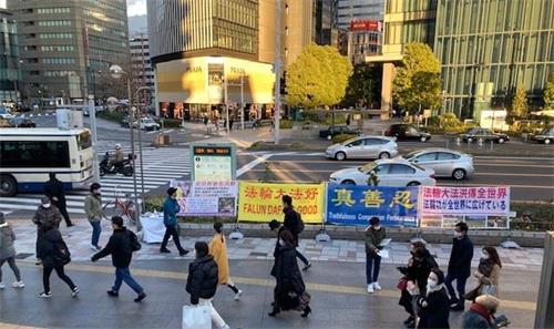 '图4:二零二一年一月九日,日本法轮功学员在爱知县名古屋車站传播<span class='voca' kid='62'><span class='voca' kid='62'>真相</span></span>,并征集签名声援诉江时的情景。'
