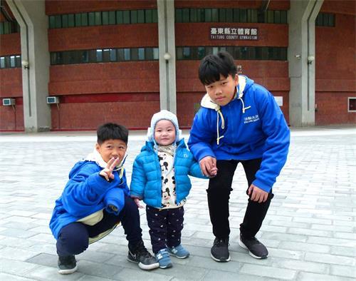 '图3:正宇(左一)和表哥表弟。'