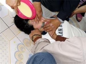 '酷刑:灌玉米糊'