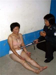 '酷刑:电击女法轮功学员的敏感部位'