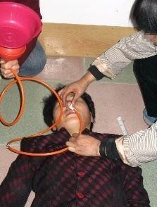 '酷刑:灌食、灌不明药物'