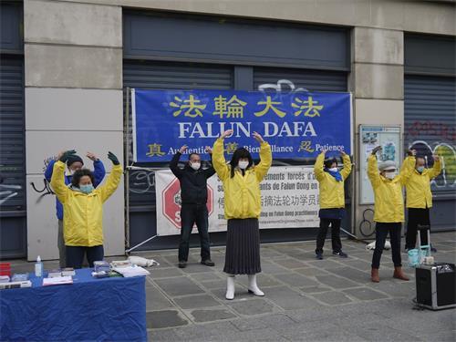 '图1:十二月二十六日星期六,法轮功学员在巴黎艺术与职业广场演示法轮功功法、传播真相。'