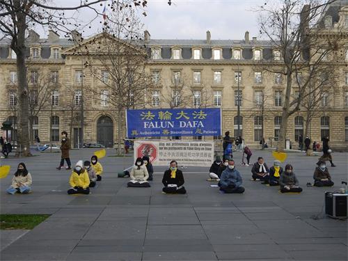 '图3~4:二零二一年一月三日星期日,法轮功学员在巴黎共和国广场传播真相。图为法轮功学员演示功法。'