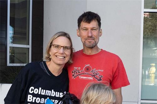 '图19:旧金山居民MalindaSullivan和先生支持法轮功'