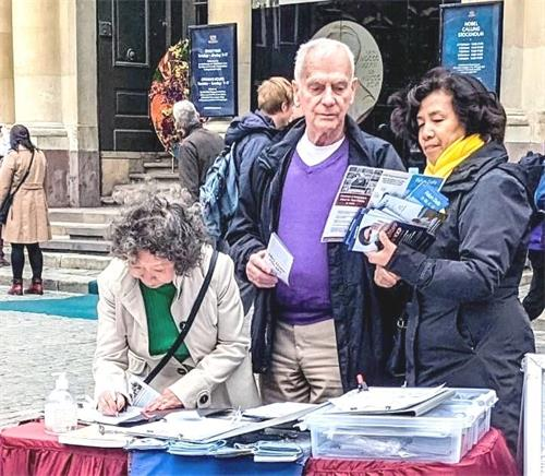 '图2~5:二零二一年十月二日下午,法轮功学员在斯德哥尔摩老城区的诺贝尔博物馆旁传播真相,人们签名支持反迫害。'