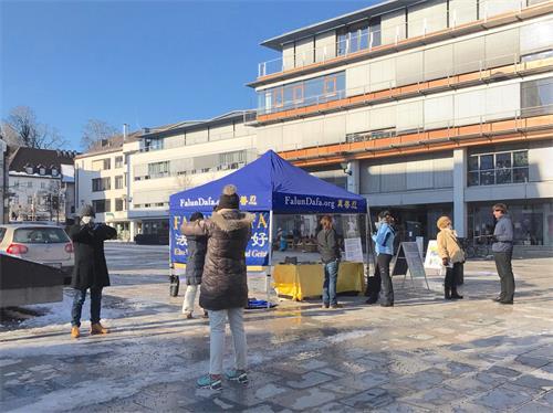图1:二零二一年二月十二日,法轮功学员在德国斯坦贝格城(Starnberg)市政厅所在地教堂广场(Kirchpaltz)举办活动,一些路人当场跟着学员们学炼法轮功。