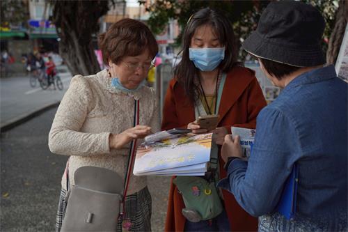 '图5:来自市区的边女士想要学炼法轮功,并记下炼功点资讯。'