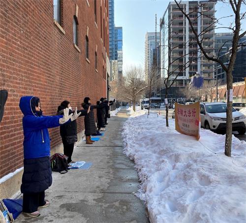 '图2:法轮功学员在芝加哥中领馆前炼功'