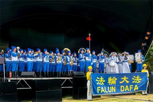 '图1:天国乐团在新西兰国庆盛典的舞台上表演。'