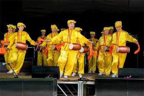 '图2:腰鼓队在新西兰国庆盛典的舞台上表演。'