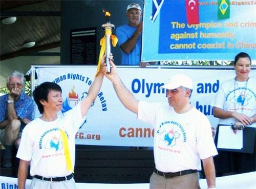 '图:二零零七年十一月四日,澳洲昆士兰省的玛鲁奇市(Maroochy Shire)市长纳特里(JoeNatoli)与潘晴(左)一起握着人权火炬来维护人权及揭露中共暴行'