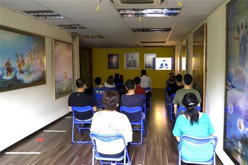 '图1:中文班的新学员在聆听师父讲法。'