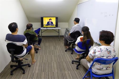'图2:英文班的新学员在聆听师父讲法。'
