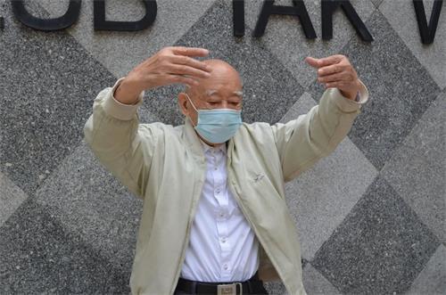 '图:在香港新界的一个公园,九十二岁的刘叔,每天早上来公园参加集体晨炼'