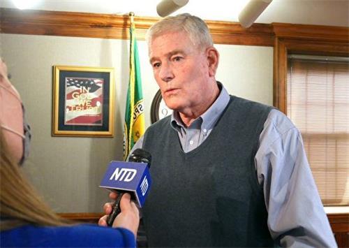 '图3:2021年3月23日,县委员加里‧斯金纳(GaryF.Skinner)在接受媒体采访。'