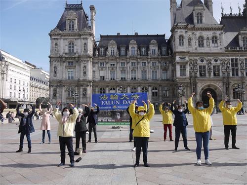 '图1:法轮功学员在巴黎市政厅广场演示功法'