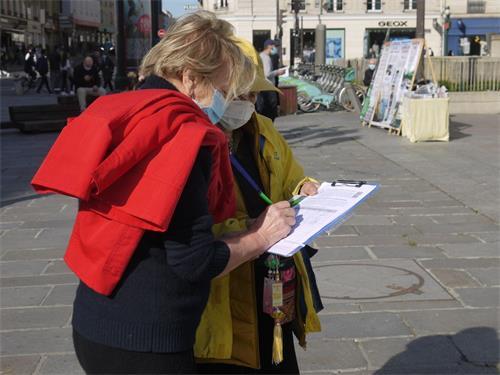 '图3~5:人们签字支持法轮功学员的反迫害行动'