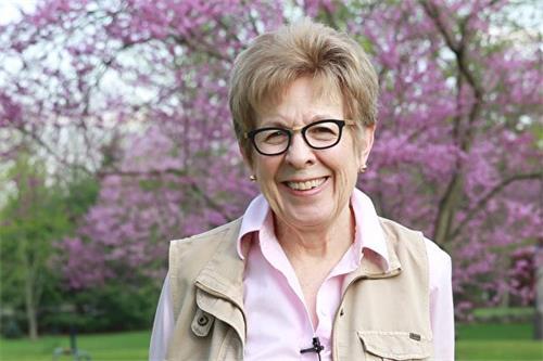 总是满脸笑容的露西亚·唐恩教授(Lucia Dunn)修炼法轮大法19年,她希望自己能用正面的力量带给身边人更多温暖。(新唐人电视台)