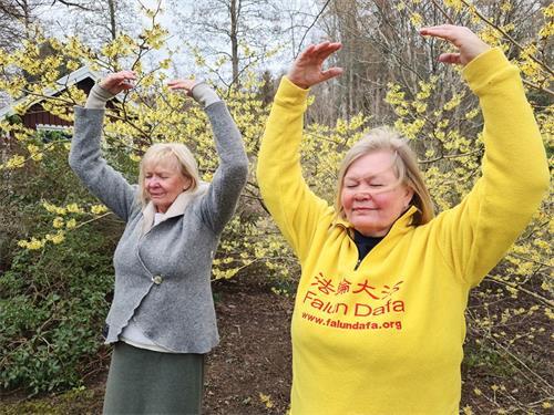'图2:有幸参加李洪志师父在哥德堡举办七天讲法教功学习班的安娜(右)和她的妈妈克莉思汀娜(左)母女俩在炼功。'