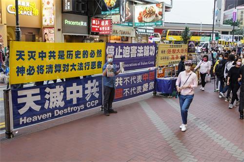 """图1:""""港版国安法""""之后,一直处在风口浪尖的香港法轮功学员的处境备受关注。有人担心中共要对善良的法轮功学员下手,但在街头讲<span class='voca' kid='62'><span class='voca' kid='62'>真相</span></span>的法轮功学员无所畏惧,风雨无阻地坚持传递真相,一天都没有停止过。"""