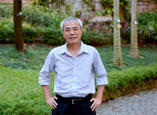 图2:《信报》前总编、资深时事评论员练乙铮认为,法轮功真善忍的精神,是值得香港借鉴的。