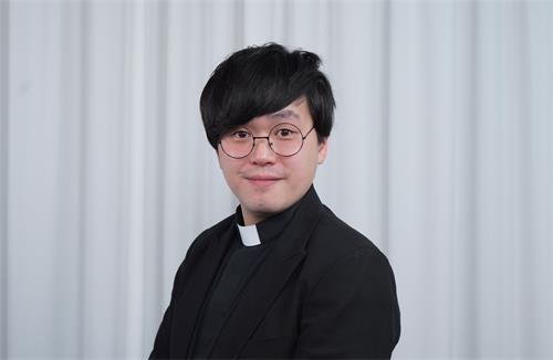 图5:网媒记者、牧师姜嘉伟感佩法轮功学员长期坚持告诉人们真相,让港人看到曙光,让更多人觉醒。