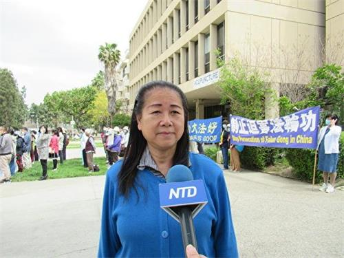 '图4:来自香港、目前定居洛杉矶的法轮功学员叶女士谴责中共黑手破坏香港法轮功真相点。'