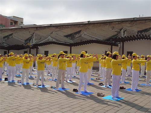 '图1~2:台湾彰化法轮功学员在彰化鹿港镇公会堂集体炼功弘法。'