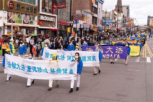 """'图1~4:纪念""""四二五""""和平上访二十二周年,二零二一年四月十八日,上千名纽约法轮功学员举办游行。'"""