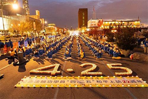 '图1:二零二一年四月十八日傍晚,部份纽约法轮功学员来到中领馆前烛光守夜,呼吁立即停止迫害。'