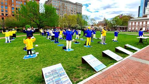 '图1:大费城地区部份法轮功学员在美国国家独立历史公园的费城自由钟广场举办活动,纪念万名法轮功学员一九九九年四月二十五日在北京和平上访二十二周年。'